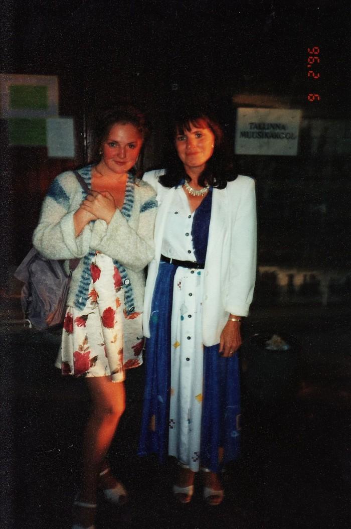 """""""See on ainus ja armas pilt, kus ma olen koos oma klaveriõpetaja Maire Roovikuga,"""" ütleb lauljatar Hedvig Hanson. Foto on tehtud 2. septembril 1996. aastal, mõni aasta pärast Tallinna muusikakooli lõpetamist."""