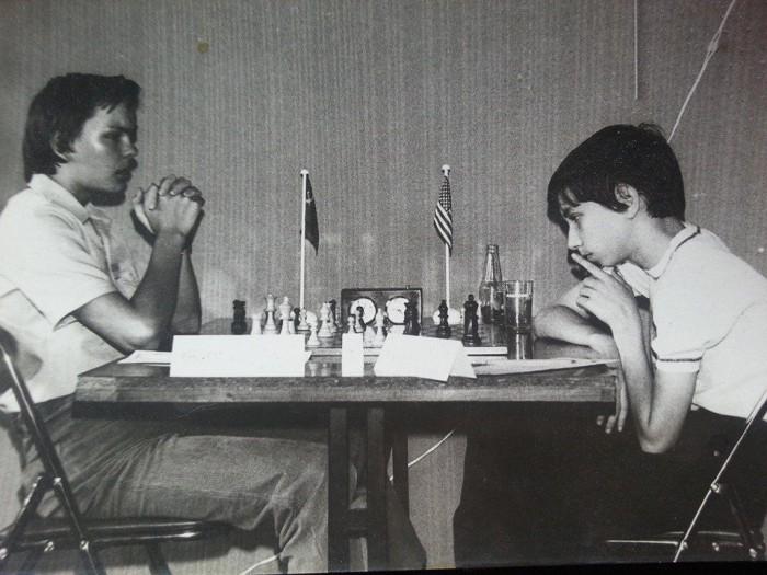 Tulevane malesuurmeister Jaan Ehlvest (vasakul) vastamisi USA tulevase esinumbri Joel Benjaminiga. Foto on tehtud 1979. aastal kadettide maailmameistrivõistlustel Prantsusmaal Belfortis.