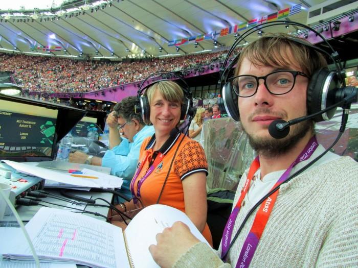 Ajakirjanik Margit Kilumets koos kolleeg Joosep Susiga 2012. aasta Londoni OM-i lõputseremoonial.
