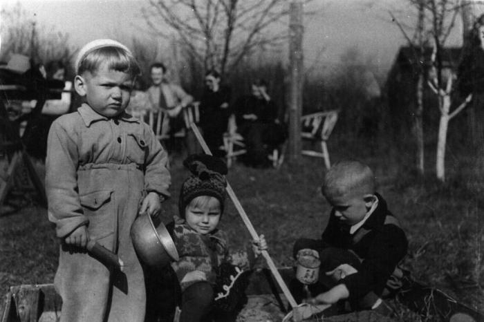 """Armastatud muusik Tõnis Mägi kolmeaastasena oma sünnikodus Meriväljal. Foto juurde selgituseks ütleb ta, et hoidis üksiku lapsena omaette ega seltsinud kuigi palju teiste lastega. """"Ka pildil olen sellise näoga, et mis te tulete siia minu liivakasti ..."""""""