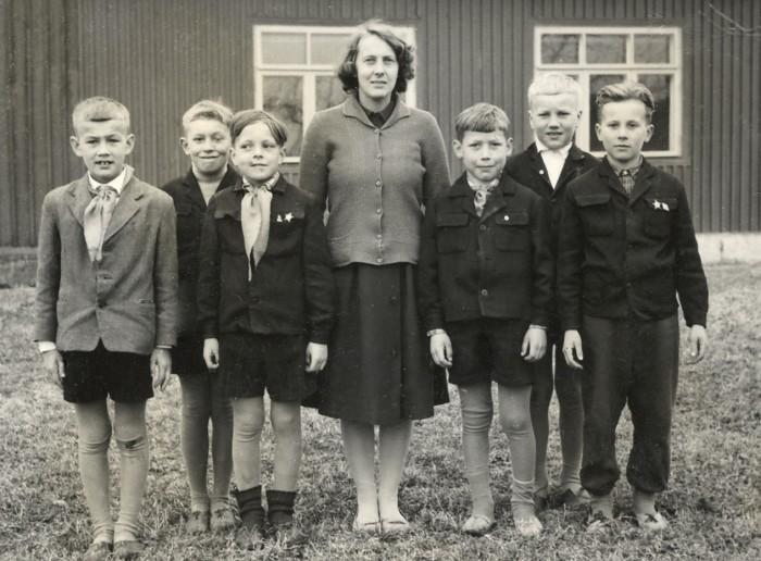 Tulevane tuntud joonisfilmitegija ja kunstnik Heiki Ernits (vasakult esimene) koos klassivendadega Kurtna algkooli 4. klassis. Keskel seisab tema ema, õpetaja Helgi Ernits. Foto on tehtud 1964. aastal.