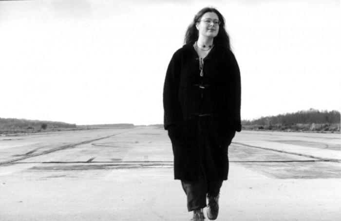 Lastekirjanik Aidi Vallik Haapsalu lennuväljal. Oma kutsumusele, kirjutamisele pühendumine tähendas jalgade maast lahti rebimist ja enese tuule võimusesse andmist. Selleks andis julgust lennuväljal kõndimine.