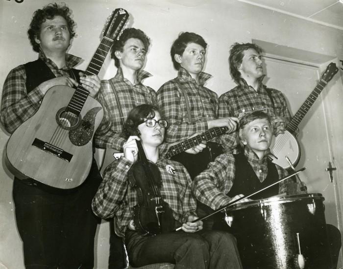 Foto ansamblist Miks Jutita on tehtud 1981. aastal Tartu muusikapäevadel. Tagumises reas vasakult Jaan Elgula, Ivo Peetso, Andres Dvinjaninov ja Urmas Helin. Esireas istuvad Tiit Nikopensius ja Toomas Lunge.