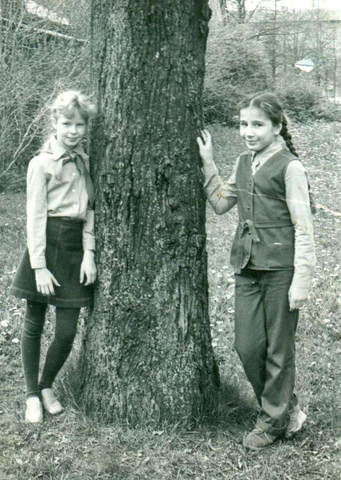 Vasakul on noor pioneer, kelle kirjanikunimeks sai aastate möödudes Kerttu Rakke. Pilt on tehtud 1980. aasta kevadel.
