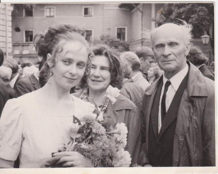 Foto noorest filoloogist Leelost on tehtud pärast Tartu ülikooli lõpuaktust 1972. aasta juunis peahoone ees. Leelo on pildil koos isa ja tädiga.