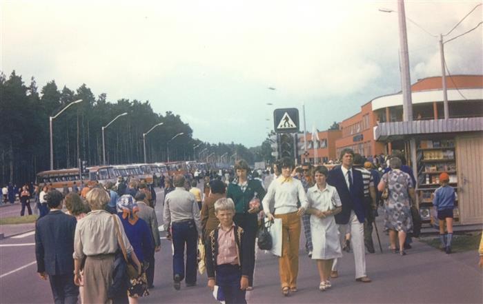 Kaheksa-aastasel Valdo Jahilol ei õnnestunud tabada fotokaga hiilgavat kaadrit Tallinna olümpiatulest, kuid seda jahtides sai ta veeta terve päeva isa kukil. Toreda päeva lõpetuseks tegi isa poisist sellise pildi.