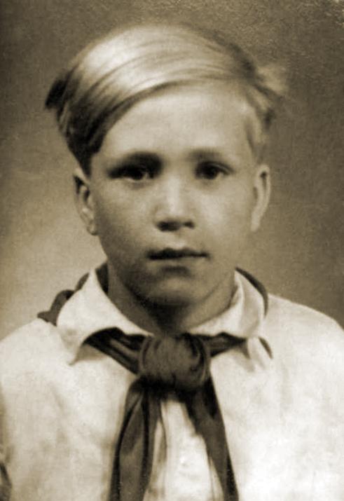 Sellel pildil on Ago-Endrik Kerge 10–11-aastane, tolle aja kombe kohaselt pioneer. Foto peaks pärinema 1949. või 1950. aastast.