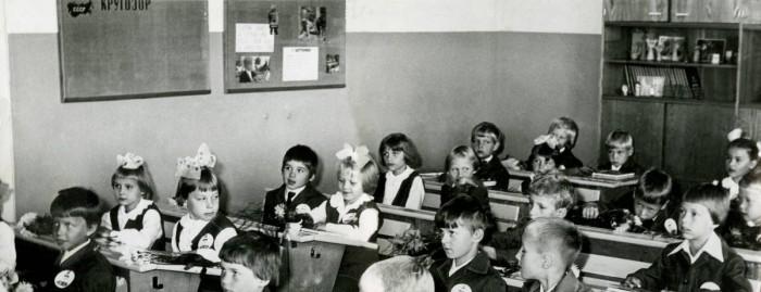 Foto on tehtud Anu esimesel koolipäeval Tartu 8. keskkoolis, praeguses Forseliuse gümnaasiumis. Aasta oli 1980. Anu on kolmandas reas istuv lille imetlev tüdruk. Tema pinginaaber pildil on tulevane Kreeka-Rooma maadluse Eesti noorte meister Ergav Kont, ujumisel juhtunud õnnetuse tõttu nüüdseks manalamees.