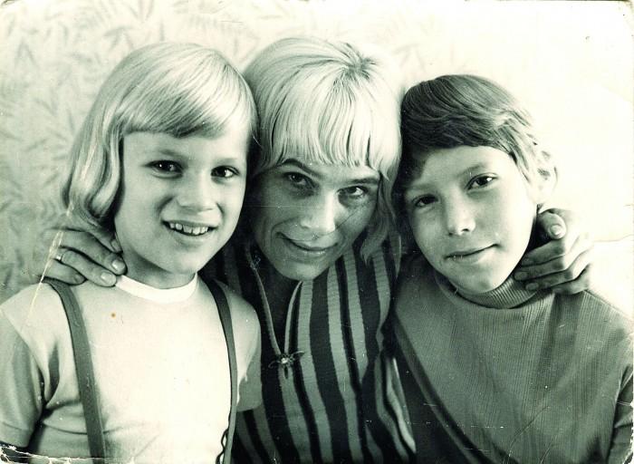 Raoul Kurvitz (paremal) koos ema ja venna Andres Allaniga. Foto on tehtud 1968. aasta suvel, kui tulevane kunstnik oli seitsmeaastane.