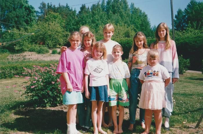 Laulja Nele-Liis Vaiksoo Lasteekraani laulustuudioga 1994. aastal Soomes. Esireas seisab valge pluusi ja teksaseelikuga kümneaastane Nele-Liis, tema kõrval sõbratar Katrin ning paremal ääres peretütar Mona.