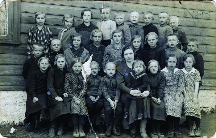 Sauvere algkooli pere 1934. aastal. Tollal kaheaastane Heli Lääts istub oma õpetajast ema süles, nende kõrval tema vennad Valdur ja Koit.