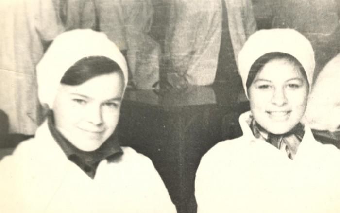 Leningradi pediaatriainstituudi teise kursuse üliõpilane Nelli Kalikova (19) koos kursuseõe ja hea sõbratari Tanjaga. Tulevane arst ja aidsi tugikeskuse asutaja on fotol vasakul.