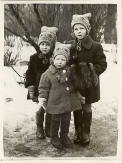 Väike Liina (vasakul) koos vanema õe Anne ja noorema õe Kristiga koduõues. Õdede lapsepõlv möödus vanaisa majas, kus oli ruumi ja vabadust.