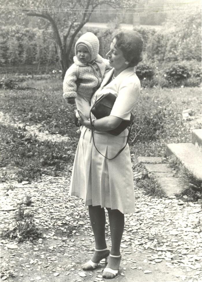 """""""See vaevalt aastane tüdruk siin pildil mu süles on kasvanud ilusaks nooreks naiseks ja läheb nüüd välismaale mehele,"""" kirjutab ajakirjanik Kaja Kärner. Foto on tehtud 1983. aastal."""
