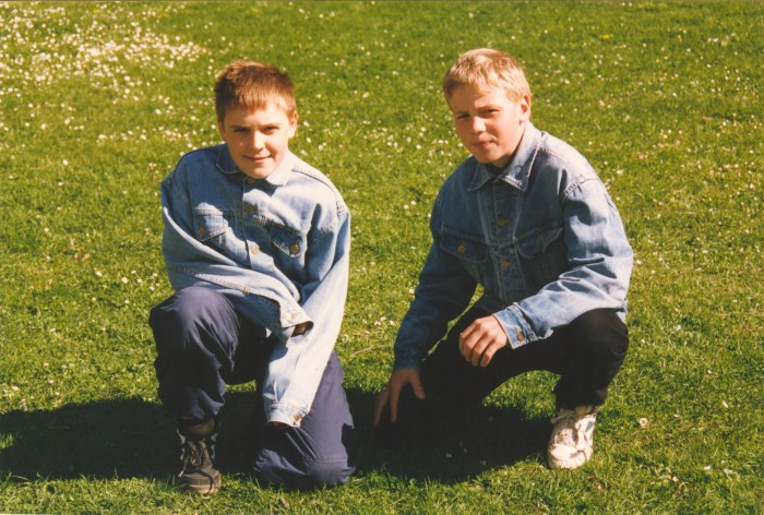 Heiki Nabi (paremal) koos pinginaabriga Hiiumaal Suuremõisa lossi taga. Lossis asuski nende kool. Fotol on tulevane Londoni olümpiamängude hõbemedali omanik Kreeka-Rooma maadluse raskekaalus 14-aastane.