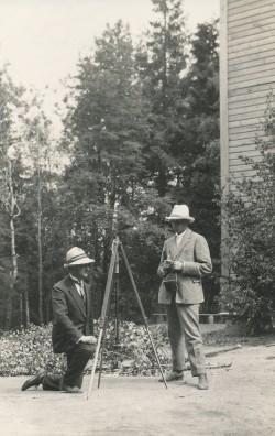 J. Käis ja K. Kisand Munamäel kõrgust määramas 1925. a.