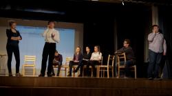 """Ettevõtlusteatri etendus-seminar """"Tark maja – tark äri"""" 8. jaanuaril Rakvere reaalgümnaasiumis. Kooliteatri Karla näitlejad kannavad ette ettevõtluse eri situatsioone avavaid sketše. Näitemängu/õppetunni aluseks on päris ettevõtte lood. Foto: Jaanus Lekk"""