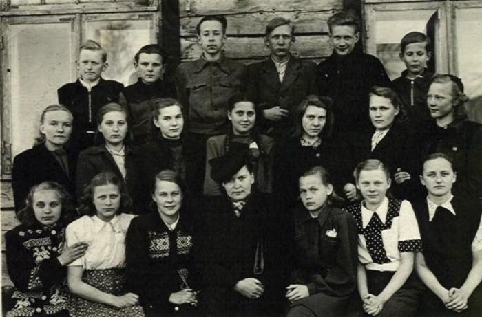 Klassijuhataja oma lastega. 1950. aastate keskpaik.