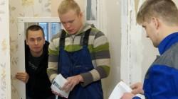 """Kaader õppefilmist """"Maksutarkus"""".  Osatäitjad Margus Mägedi ja Sander Sakkos."""