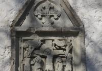 Kolgata stseen: liilia on templirüütlite lill; liiliarist on templirüütlite sümbol. Ka Kolgata stseeni kohal on näha kaks väikest templirüütliristi.