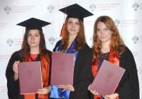 Peterburi ülikooli selle aasta eesti keele bakalaureuseõppe lõpetanud Anna, Julia ja Liilia on just kätte saanud diplomid. Kõik kolm jätkavad sügisest magistriõppes. Peterburis ega ka Lvivis pole Maarja Heina õpilaste hulgas olnud eesti juurtega noori. Miks noored ukrainlased ja venelased tulevad eesti keelt õppima? Sageli on põhjuseks lihtsalt uudishimu. Ja veel üks reeglipära – kõik tema õpilased on kui ühest suust kinnitanud ühte ja sedasama: eesti keel on ilus. Fotod: erakogu