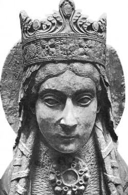 Püha Clotilda, kes mõjutas suuresti uue usu vastuvõtmist koos kõige sellest tulenevaga Euroopa arengu jaoks. Legendi kohaselt andis just tema oma abikaasale üle jumalikku päritolu liilia, millest sai Prantsuse kuningasoo sümbol.