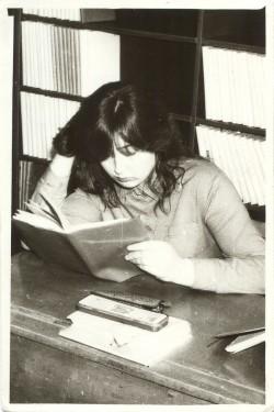 ▲Kaheksakümnendad. Klassivend Ahto tehtud fotol kordab Moonika Laini ema Kersti Kont eesti keele tunniks. Praegu on ta Maarja põhikoolis õpetaja.