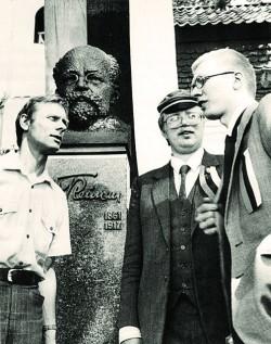 Trivimi Velliste, Mart Laar ja Villu Jaanisoo äsja avatud Villem Reimani mälestussamba ees. Kolga-Jaani, mai 1988.