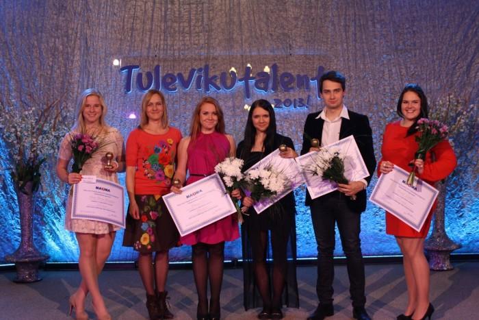 Tänavused Tulevikutalendi ühiskondliku tegevuse kategooria finalistid žürii liikme Aage Õunapiga. Foto: erakogu