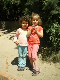 Ursula koos parima sõbranna Esperanzaga kooliõuel. Koolil on kaks õueala – noorematele lastele ja põhikoolile. Lisaks on veel kooliaed, kus kasvatatakse puu- ja juurvilju ning tehakse eksperimente, näiteks ehitatakse savimaja.