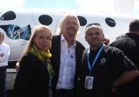 Hingesugulased isekeskis. Vasakult Marilin Hein, Richard Branson ja Raivo Hein.