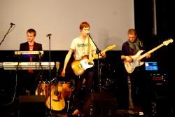 ... ning koos bändikaaslaste Fredy Schmidti ja Indrek Mälloga laval. Fotod: Tiina Vapper ja Merilyn Merisalu