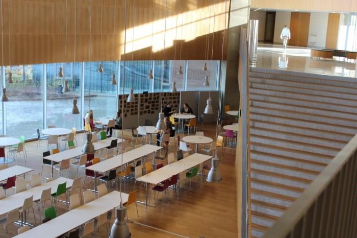 Kirkkojärve kooli keskruum (piazza). Esimesel korrusel peasissekäik, vestibüül, söögisaal, aula/vaatesaal. Keskruum läbib kahte korrust ning on ühendatud raamatukoguga.