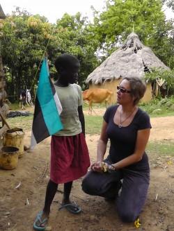 Riina Kuusik-Rajasaar oma kasulapse Sophiaga Lääne-Keenias Shianda külas. Riina toetab Sophia kooliskäimist juba viis aastat. Foto: erakogu