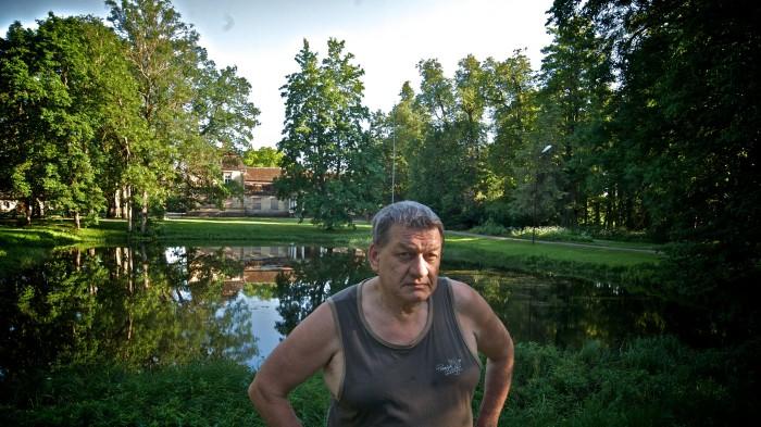 Filmitegija, fotograaf ja õpetaja Arvo Iho oma kodukohas Roela mõisas Lääne-Virumaal 2010. aastal.