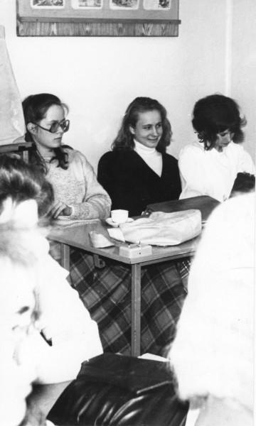 Ajakirja Pere ja Kodu peatoimetaja Heidit Kaio peab koolivahetust väärt kogemuseks. Fotol on Heidit (keskel) Miina Härma gümnaasiumi 11. klassi õpilasena koos pinginaabri Kristiina ja sõbra Ingaga.