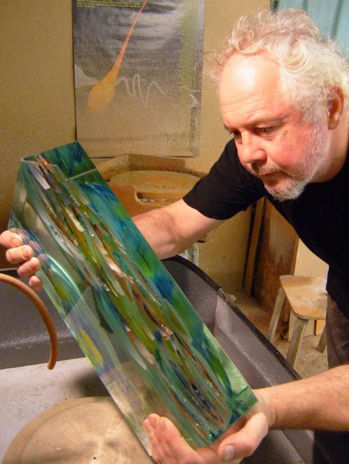 Mul on alati korraga mitu tööd käsil, kinnitab klaasikunstnik Ivo Lill, kes naudibki enda sõnul kõige rohkem tegemisprotsessi ennast. Tema loodud klaasskulptuuride hulk on tohutu ning nimekiri näitustest ja saadud autasudest aukartustäratavalt suur. Tänavu pälvis Ivo Lill ka aasta tunnustatud klaasikunstniku aunimetuse. Foto: erakogu