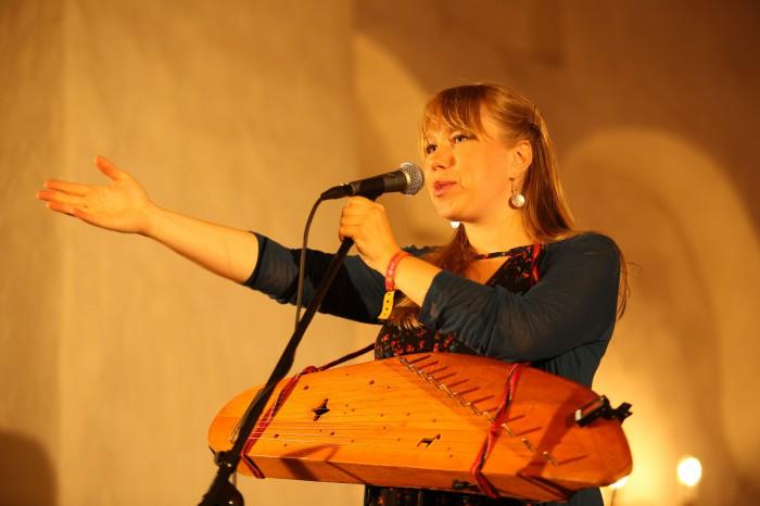 """Laulja, laulukirjutaja ja muusik Mari Kalkun räägib, kuidas sündis lugu, mille ta pühendas oma vanaisale. Hiljuti esitles Mari koos ansambliga Runorun uut plaati """"Tii ilo"""", mis kõneleb teel olemisest ning puudutab esivanemate teemat laiemalt. Foto: Rait Pihlap"""