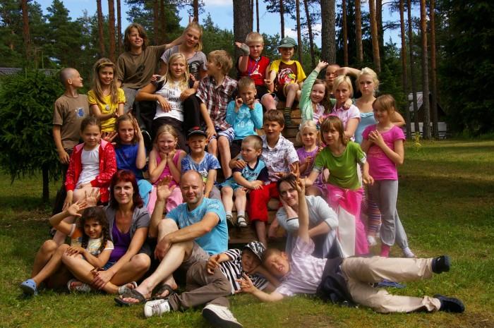 Fotol on laulja, muusik ja MTÜ Saagu Valgus asutaja Siiri Sisask koos lastega eelmisel suvel Laitses metsalaagris.