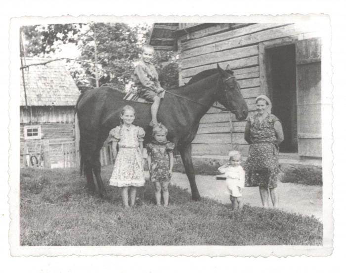 Navitrolla sai juba lapsena selgeks koostöö olulisuse. Pildil seisab tulevane kunstnik vanaema kõrval.