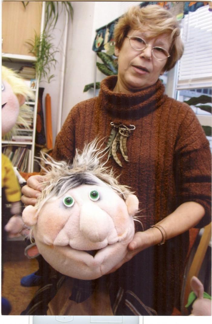 """Tele- ja teatrikunstnik Gunta Randla õpetas seitse aastat nukkude meisterdamist ka Mustamäe laste loomingu majas. 2007. aastast pärit fotol hoiab kunstnik käes eide nukku muinasjutust """"Naeris""""."""