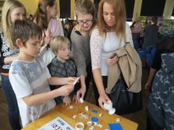 Gümnaasiumiõpilaste kõrval uurisid 3D-prinditud kujundeid ka algklassilapsed. Fotod: Sirje Pärismaa