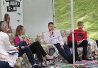 """15. ja 16. augustil Paides teist korda peetud Arvamusfestivalil oli haridusteemade arutamiseks SA Noored Kooli ja Huvitava Kooli toetusel püstitatud lausa eraldi Hariduslava, kus koolimuresid arutati kaks päeva hommikust õhtuni peaaegu katkematult. Teiste arvajate seas käis laval ka haridus- ja teadusminister Jevgeni Ossinovski (mikrofoniga), kes otsis koos Maris Hellrannaga (vasakult), Gunda Tirega ja Mihkel Kõrbega vastust küsimusele """"Kas Eesti PISA torn on viltu?"""". Foto: Peeter Langovits / Postimees / Scanpix"""