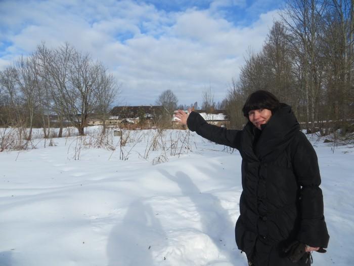 Direktor Maire Reest näitab lumisel       mõisaväljal kohta, kus sügisel 2015 peaks avatama uus koolimaja. Kaagveres on uuest majast unistatud juba kümme aastat. Mõisa peamajast koliti      ammu välja, tegutsetakse kitsukesel asenduspinnal. Riigi Kinnisvara AS on nüüd kuulutanud välja hanke maja projekteerimiseks. Fotod: Sirje Pärismaa