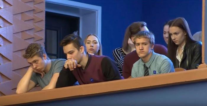 Noored jälgivad riigikogu infotundi saali rõdult. Foto: Riigikogu