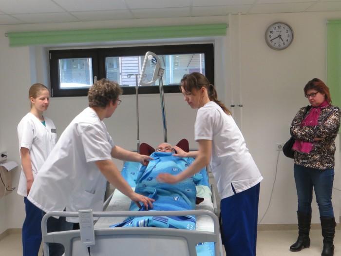 Hooldustöötaja eriala õpilased ja õppejõud õpetasid nippe, kuidas lamajal haigel voodipesu vahetada. Foto: Sirje Pärismaa
