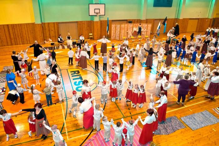 Mulgimaa laste folklooripäev toimus tänavu juba kahekümnendat korda ja sellest võttis osa üle 240 lasteaialapse. Laste jaoks oli see ühtlasi ettevalmistus 4. juunil toimuvaks Mulgi peoks. Foto: Neil Viskov