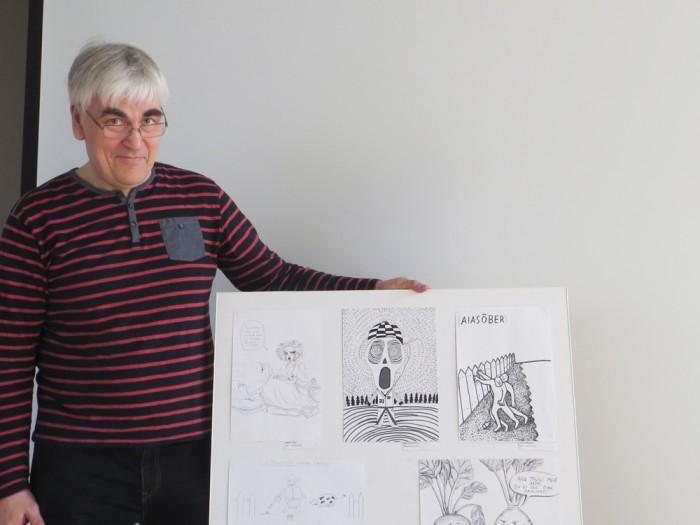 Paul Kunman Tartu loodusmajas näitust üles panemas. Foto: Sirje Pärismaa
