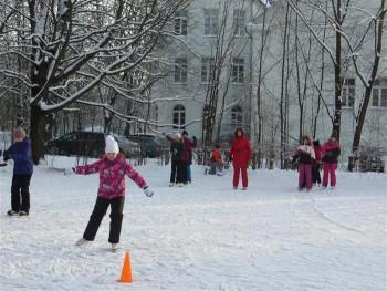 Tartu Mart Reiniku koolil on maja kõrval liuväli, kus toimuvad uisutunnid. foto: Sirje Pärismaa