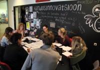 """Koolijuhtide huvi programmi """"Education   for Future"""" vastu on nii suur, et TLÜ innovatsioonikeskuses tuli paigutada osa laudu lausa koridori. Foto: Raivo Juurak"""
